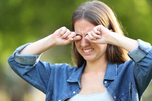srbeče oči pri mladi punci